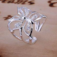 Anel banhado a prata em formato de borboleta.