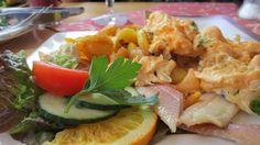 In der Wandelhalle in Bad Zwischenahn bekommt man das Bauernfrühstück mit dem leckeren Ammerländer Smoortaal serviert.