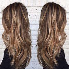 braune Haare mit blonden Strähnen, schwarze Bluse mit langen Ärmeln #blonden #bluse #braune #haare #langen #longhair #schwarze #strahnen