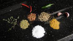 HOT OG GODT: Enkelt, morsomt - og kanskje ekstra godt? Tre eksperter deler sine favorittoppskrifter på grillkrydder. Foto: SANTA MARIA Grilling, Crickets, Backen, Grill Party