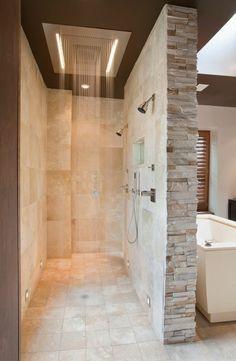 carrelage salle de bain sol beige, douche pluie et parement mural en pierre