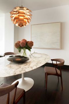 Dining room design by Neal Beckstedt Studio: Eero Saarinen´s Tulip dining table with marble top (1956) and Poul Henningsen Artichoke pendant light (1958), by Louis Poulsen, Denmark. / Elle Decor