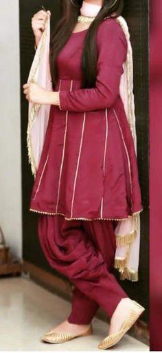 Simple Frock Design, Fancy Dress Design, Girls Frock Design, Stylish Dress Designs, Simple Pakistani Dresses, Pakistani Dress Design, Pakistani Frocks, Pakistani Outfits, Pakistani Fashion Party Wear