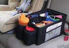 Der Auto-Organizer Travel Pal von Sunshinekids passt perfekt zwischen zwei Autositze und bietet Platz für alles, was unterwegs von Nöten ist: wie z.B. Bücher, Spielzeug und Getränke.