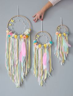 Dreamcatcher-sizes (to-put-in-all-catches-photos) - Dreamcatcher-sizes (to-put-in-all-catches-photos) - Diy Dream Catcher For Kids, Dream Catcher Decor, Diy Tumblr, Crafts For Teens, Diy And Crafts, Couronne Diy, Diy Dream Catcher Tutorial, Diy Keychain, Diy Presents