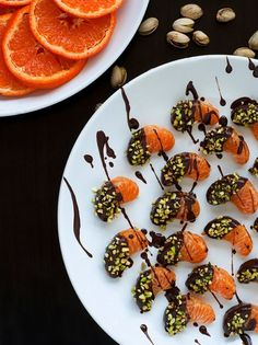 Satisfy your sweet tooth with some winter citrus like these Dark Chocolate Dipped Clementines! Healthy Dessert Recipes, Paleo Recipes, Appetizer Recipes, Healthy Snacks, Snack Recipes, Healthy Eating, Healthier Desserts, Paleo Food, Appetizers