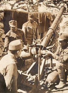 Austro-Hungarian gunners loading a 12cm trench mortar during the First World War. Pin by Paolo Marzioli