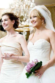 Anne Hathaway y Kate Hudson son enfrentaron en una lucha encarnizada por la boda perfecta en 'Guerra de novias'. Los vestidos, un diseño de Vera Wang con escote asimétrico uno y corazón el otro, se crearon exclusivamente para la película.