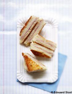 Recette Croques mozza  : Coupez la mozzarella en tranches fines.Découpez les tranches de jambon de la taille des tranches de pain de mie. Prévoyez 2 épaisseu...