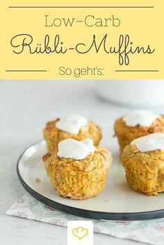 """Low-Carb Rübli Muffins - Zucker suchst du hier vergeblich! Dank geraspelter Möhren und Nüssen kommt diese Low-Carb-Nascherei auch mit wenig Kohlenhydraten besonders saftig und knackig daher. Mit dem cremigen Frischkäse-Frosting werden die Törtchen dann so richtig schön """"american""""!"""