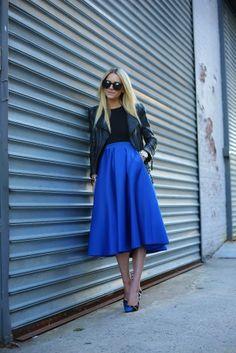 Falda midi en #Algodón, con chaqueta en cuero de estilo vintage, un #LookCotton casual perfecto