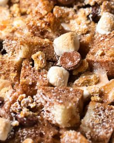This French toast casserole is made with chocolate milk, and studded with chocolate chips and mini marshmallows, then topped with crushed graham crackers! Have you had a French toast casserole before? Mac And Cheese Casserole, French Toast Casserole, Brunch Casserole, Casserole Recipes, Easy Pudding Recipes, Easy Recipes, Greek Lemon Chicken, Roasted Pork Tenderloins, Slow Cooker Beef