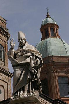 ✭ View of a statue at the Piazza di Porta Ravegnana - Bologna, Italy