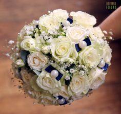 Bouquet rond chic et discret avec petits noeuds bleu roi et perles. Rose Mondiale, Gypsophile, et Lisianthus.