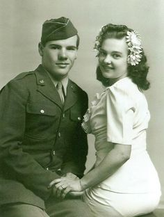 Wartime Wedding – 41 Emotional Vintage Pictures Show the Marriages of Soldiers in the Past 1940s Wedding, Vintage Wedding Photos, Vintage Bridal, Vintage Pictures, Wedding Pictures, Vintage Weddings, Couples Vintage, 1940s Photos, Vintage Outfits
