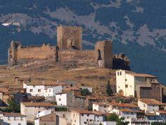 CASTLES OF SPAIN - Castillo de Trasmoz, Zaragoza. Fue el más importante castillo fronterizo de los reinos de Navarra y Aragón. Situado al norte del Moncayo guardaba los caminos que   comunicaban los dos reinos y Extremadura. Zona de conflictos que   ya en el siglo XII propició la edificación del torreón central de la actual   fortificación. Hay noticia del mismo en 1185 cuando este territorio   pertenecía al reino de Navarra y fue recuperado por Alfonso II para Aragón.