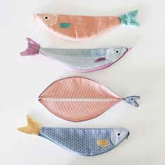 Textile Fish Bags by Julia Castaño - DIY Ideen für Nadel und Faden - Diy And Crafts, Crafts For Kids, Arts And Crafts, Fish In A Bag, Fish Bags, Textiles, Softies, Don Fisher, Fabric Fish