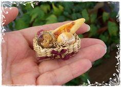 ♡ ♡  1:12 En miniatura de casa de muñecas de cesta de panes dulces por Soraya Merino