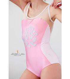 Battu --  Body rosa pesca, con applicazioni grigio pallido; fianchi e dietro in una tenue tonalità di rosa. Sulla schiena, un inserto di rete elastica Dance Outfits, Dance Wear, Leotards, Body, Camisole, One Piece, Swimwear, Clothes, Design