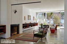 Finalista do prêmio O Melhor da Arquitetura 2015 na categoria Reforma de Casa, este projeto dos anos 50 em São Paulo conquistou luz e uma organização mais franca e integrada sem perder seus preciosos traços modernistas