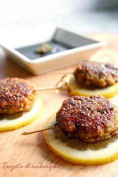 Tsukune japoneses con salsa teriyaki  - Los Tsukune se preparan en Japón habitualmente con carne de ternera picada. Ya sabéis que lo mío no es comer carne, asique los de mi casa están preparados con carne vegetal, seitán para ser más exactos, pero vosotros los podéis preparar con ternera, cerdo o pollo, como más os apetezca.