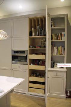 Custom made kithen. In this kitchen design there is focus on high end materials, ie solid wood. Here an overview of the practical storage unit. Pay attention to the storage for trays and plates. Kitchen design and dealer Amsterdam, The Netherlands for expat clients