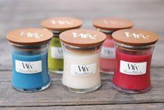 Świeczki WoodWick® zawierają wysokiej jakości mieszankę wosku sojowego oraz wysoce skoncentrowanych olejków zapachowych, zapewniających intensywny, autentyczny i długo utrzymujący się zapach. Świeczki w szkle o eleganckim kształcie klepsydry oraz starannie wykonaną drewnianą pokrywką, stanowią doskonale pasujący dodatek do każdego wnętrza
