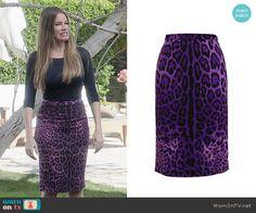 Gloria's purple leopard print skirt on Modern Family.  Outfit Details: http://wornontv.net/48496/ #ModernFamily