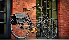 Black & Gold feel perfectly with each other united in the Gold Label model. Old-school look of classical Dutch bike plus chic gold accessories is a perfect combo for stylish and selfconfident cyclists. Bicycle Sidecar, Dutch Bike, Dutch Women, Retro Bicycle, Bike Wheel, Saddle Leather, Gold Labels, Gold Accessories, Queen