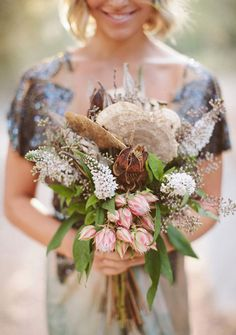 In love con los ramos de novia de eucalipto!   http://www.unabodaoriginal.es/blog/de-la-cabeza-a-los-pies/ramos-de-novia/ramos-de-eucalipto  #flores#ramosnovia