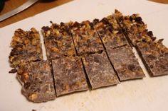 冷やし固めたアスリート生チョコを包丁でカットしました。保存は必ず冷蔵庫で Photo: Sayako IKEDA  アスリート生チョコ  <材料> ※約20cm×10cmのバットで作る板チョコ1枚分 ココナッツオイル……50g クルミ(無塩)……20g アーモンド(無塩)……20g レーズン(オイルコーティングしていないもの)……35g ココア(無糖)……10g ココナッツシュガー……15g   <作り方> 1) クルミ、アーモンド、レーズンを細かく刻む。特にレーズンは細かいほど、甘みが綺麗に分散するので、できるだけ細かめにすると美味しい。 2) ココナッツオイルをボウルに入れ、湯せんで溶かしながらココナッツシュガー、ココアを混ぜ合わせる。ココナッツシュガーは完全に溶けずに粒が残るかもしれませんが、食感のひとつとして楽しめます。 3) 2に1を加え、混ぜ合わせる。 4) クッキングシートを敷いたバットに3を流し入れる。バットがない場合は、少し深さのあるお皿でもOK。 5) 粗熱を取り、冷蔵庫で冷やし固める。 6) 固まったら、取り出してお好みのサイズにカットして完成。