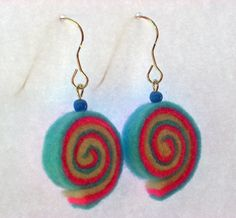 Felt earrings Fabric Earrings, Diy Earrings, Textile Jewelry, Fabric Jewelry, Jewellery, Felt Flowers, Fabric Flowers, Bead Crafts, Jewelry Crafts