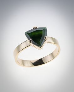 Stunning Mayan Emerald Jade Ring is an extraordinary piece in a shape of a faceted triangle and mounted in 14kts gold, handmade by guatemalan artisans.  Un Maravilloso anillo en Jade Esmeralda Maya, esta extraordinaria pieza en forma de triangulo con bellas facetas y montado en oro de 14Kts y hecho completamente a mano por artistas guatemaltecos