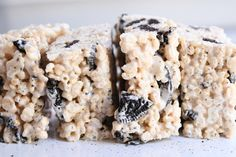 Who knew getting the perfect oreo rice krispie treats recipe wasn't quite as simple as throwing cookies in a normal recipe? This version is the best! Oreo Rice Krispie Treats, Rice Krispy Treats Recipe, Rice Crispy Treats, Rice Krispies, Cereal Treats, Rice Krispie Cakes, Oreo Treats, Oreo Dessert, Dessert Recipes