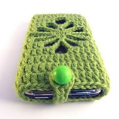 Crochet Phone Cover Even if you are a beginner crocheter you can make this iPhone or iPod case all by yourself! All you need, some yarn, a crochet hook, an hour of your time and THIS PATTERN! Crochet Phone Cover, Crochet Case, Crochet Purses, Love Crochet, Crochet Gifts, Easy Crochet, Crochet Hooks, Knit Crochet, Crochet Fabric