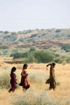 Carrying water in the ruins of Kuldhara (India) | Porteuses d'eau aux ruines de Kuldhara (Inde) | Llevar el agua en las ruinas de Kuldhara (India)