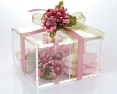 Romantic: A Favour Box made of high quality Plexiglas, decorative hand made flower composition, organza and silk ribbon, Almond confetti candies.
