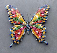 Kleurrijke wanddecoratie - Mozaiek vlinder.  Vrolijk gekleurde mozaiek vlinder, mooie vlinder decoratie voor aan de muur. Breedte van de vlinder is 15cm. Wordt geleverd in doorzichtige geschenkver... Mosaic Wall Art, Mosaic Diy, Mosaic Garden, Mosaic Crafts, Mosaic Projects, Mosaic Glass, Mosaic Tiles, Tiling, Butterfly Mosaic