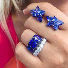 E nosso bom dia com as tanzanitas extras mais lindas ( e acessíveis!) do mundo!!Para você chiquerrima ter uma joia exclusiva e que deixe a(s) fofa(s) ao lado só imaginando de onde .. Brinco gotas tanzanitas em rodio negro 10 X R$3290,00; anel triplo tanzanita extra 10 X R$3190,00; meia aliança #tocomtudo 10 X R$3190,00 shopnow@beatrizwerebe.com.br ou no ☎️930120002