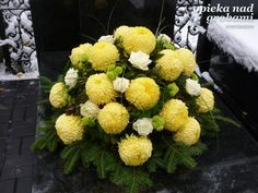 stroiki na wszystkich świętych 2015 - Szukaj w Google Church Flowers, Funeral Flowers, Arte Floral, Cemetery Decorations, Funeral Flower Arrangements, Funeral Tributes, Funeral Memorial, Centre Pieces, Ikebana