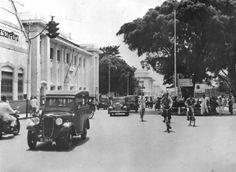 Op de Groote Postweg aan de noordzijde van de Aloon Aloon te Bandoeng (West-Java) in de jaren 20 of 30.