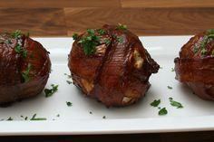C'est une recette qui est vraiment simple à faire et qui est extrêmement cochonne... Des boules de viande enrobées d'une bonne couche de bacon. À essayer :)
