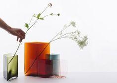 Estos 10 jarrones buscan expresar la pureza del vidrio soplado por medio de una forma poco convencional en este proceso. El vidrio es un material al que las formas redondeadas se adaptan fácilmente, por lo que fue un reto darle una forma tan geométrica a estos jarrones, llevando el material al límite.