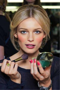 Maquiagens leves corrigem as pequenas imperfeições da pele e agregam cores para um visual mais harmônicos.