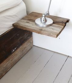 Mesilla de noche hecha con viejos tablones de madera maciza