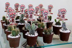 Festa Nordestina Dicas lembrancinhas Os vasinhos de cactos — uma planta supertípica do sertão — foram encomendados diretamente na floricultura com antencedência. Para enfeitá-los colocamos uma caricatura decangaceiro