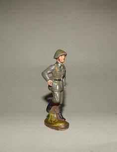 """""""NVA  Soldat im Marsch"""" -Massesoldat DDR PGH Effelder-     Leicht bespielt mit leichtem Farbverlust, das Gewehr fehlt. Gesamthöhe 8 cm"""