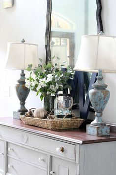 Entry Table Ideas - Using an entry table is one of the best ways to make a great impression when decorating your home. Foyer Decorating, Interior Decorating, Interior Design, Decorating Ideas, Decor Ideas, Tray Decor, Decoration Table, Shabby, Entry Tables