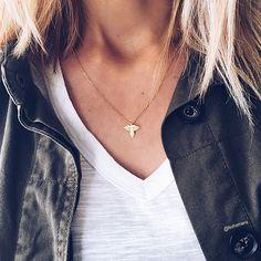 Découvrez tous les colliers fins et élégants disponibles sur le e-shop, ici le collier AIGLE