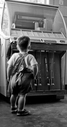 big juke box, small boy funny black and white vintage photography Retro Pictures, Old Pictures, Old Photos, Vintage Photos, Jukebox, Pub Radio, Rock And Roll, Message Vocal, Record Players